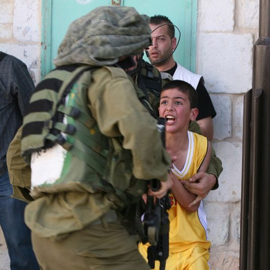 1748086_4_b135_un-soldat-israelien-retient-un-enfant_ff67faba1caa2f6340e61d5ac601bcb4